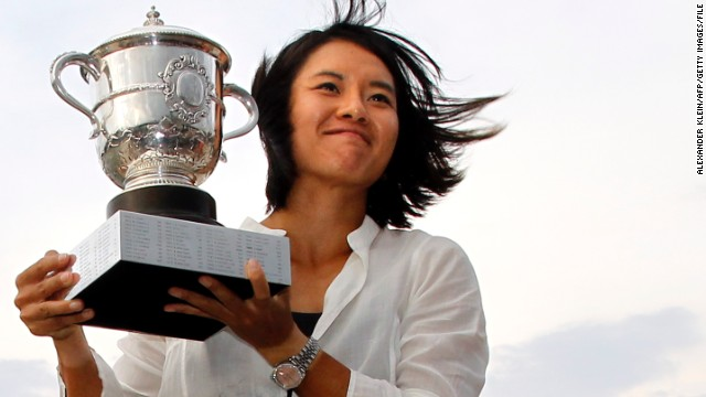Li Na shows off her Roland Garros trophy