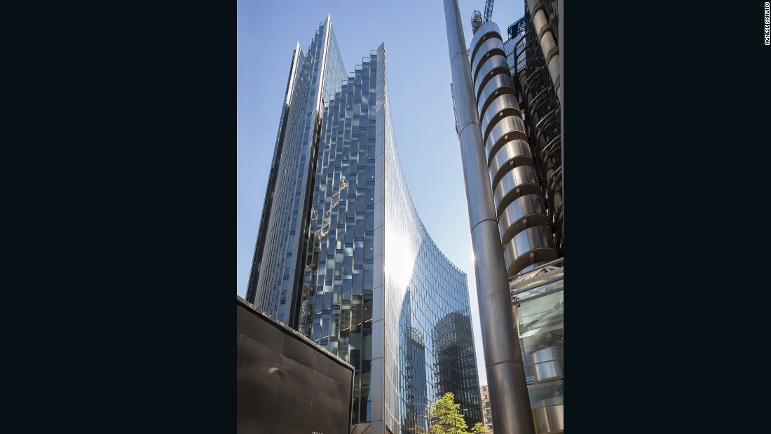 "Willis headquarters in Central London, designed by <a href=""http://www.fosterandpartners.com/"" target=""_blank"">Norman Foster</a> and his team, comprises two connected buildings arching outward. The concave facade is finished with reflective mica to minimize solar gain."