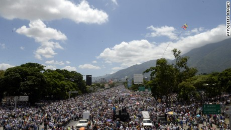 Venezuela: Mass rally, violent clashes in 50th day of protests