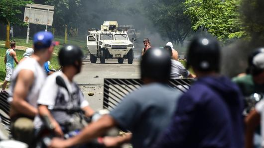 Anti-government activists and the National Guard clash in Venezuela's third city, Valencia, on August 6, 2017, a day after a new assembly with supreme powers and loyal to President Nicolas Maduro started functioning in the country.