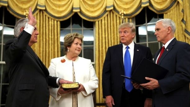 New U.S. Secretary of State Rex Tillerson (L) is sworn in by U.S. Vice President Mike Pence (R) as his wife Renda St. Clair holds a Bible, accompanied by U.S. President Donald Trump during a ceremony at the Oval Office of the White House in Washington, U.S., February 1, 2017. REUTERS/Carlos Barria      TPX IMAGES OF THE DAY - RC168B84F770