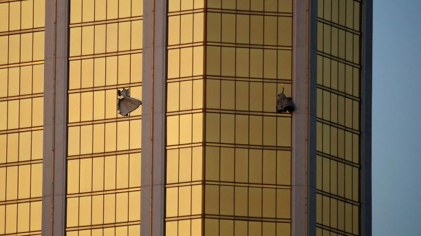 Varias cortinas salen de unas ventanas rotas en el hotel y casino Mandalay Bay en Las Vegas, el lunes 2 de octubre de 2017. Las autoridades dijeron que el atacante Stephen Craig Paddock rompió las ventanas y comenzó abrir fuego, donde mató a decenas de personas e hirió a centenas. (AP Foto/John Locher)