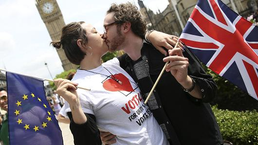 DATE IMPORTED:June 19, 2016Participants holding a British Union flag and an EU flag kiss during a pro-EU referendum event at Parliament Square in London, Britain June 19, 2016.