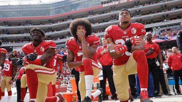 ARCHIVO - En esta foto de archivo del 2 de octubre de 2016, Colin Kaepernick (centro), quarterback de los 49ers de San FRancisco, protesta durante la interpretación del himno nacional, antes de un partido ante los Cowboys de Dallas (AP Foto/Marcio José Sánchez, archivo)