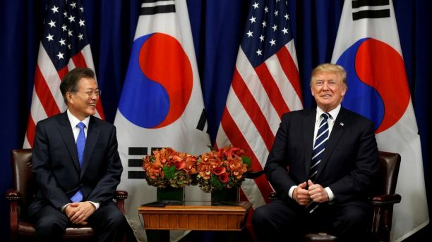 U.S. President Donald Trump meets with South Korean president Moon Jae-in during the U.N. General Assembly in New York, U.S., September 21, 2017. REUTERS/Kevin Lamarque - RC1E27F087E0