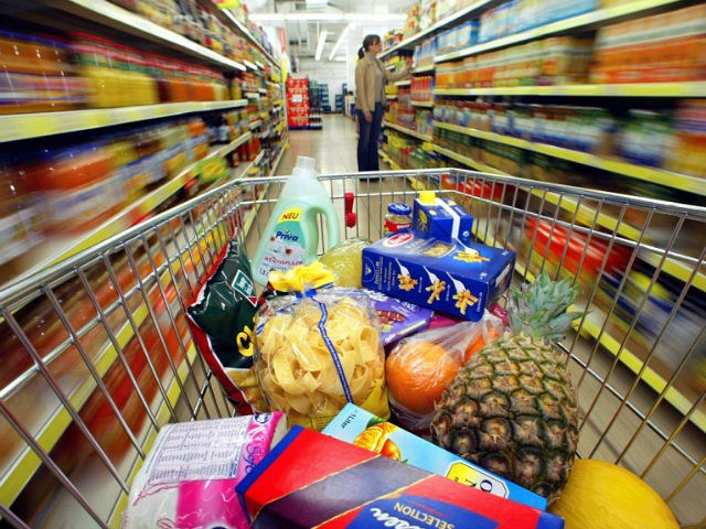 dpa) - A shopping cart with groceries and household supplies stands in a supermarket in Duesseldorf, Germany, 14 January 2003. Despite the expected 'Teuro' effect ('teuer' means 'expensive'), prices only increased by 1.3 percent in Germany. According to the Federal Statistical Office, inflation rates in the first year of the Euro were lower than in 2000 and 2001. Prices for food and clothes have stayed low whereas tobacco and going out for meals have become more expensive. Germany is among the countries with the lowest inflation rates in the Euro zone. GERO BRELOER / DPA
